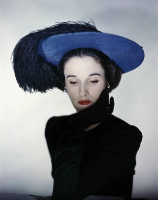 Miss Cushing Mortimer wearing a blue hat with plumes of feathers. (Photo by Erwin Blumenfeld/Condé Nast via Getty Images)