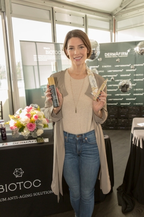 Ashley Green being gifted by Dermafirm USA at the GBK 2020 Golden Globes Lounge. Photo Credit: Justin Andrew Davidson